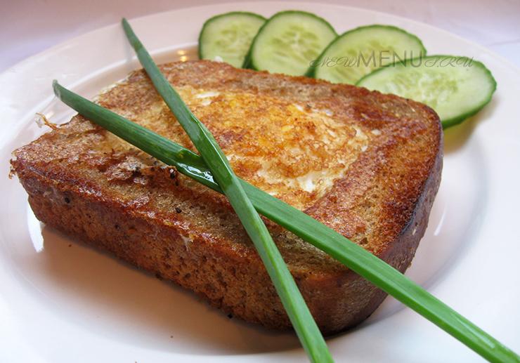 Яичница в хлебе или как пожарить хлеб с яйцом на сковороде